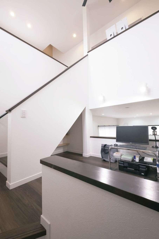 LDKを見渡せる中2階のスキップフロア。階段下のデッドスペースを活かして漫画本専用棚を造作
