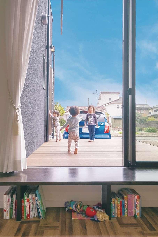リビングからデッキで遊ぶ子どもが見えるので安心。造作カウンターの下は絵本やおもちゃを収納