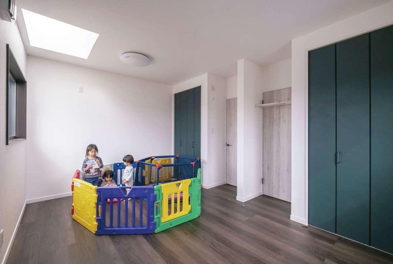三和建設【省エネ、間取り、スキップフロア】双子の男の子専用の子ども部屋。まだ小さいうちは3姉弟が一緒に遊べるようワンルームとして使い、必要に応じて間仕切りすることも。飽きのこないよう、建具もシックな色でコーディネートした。天窓から柔らかな光が降り注ぐ気持ちいい空間