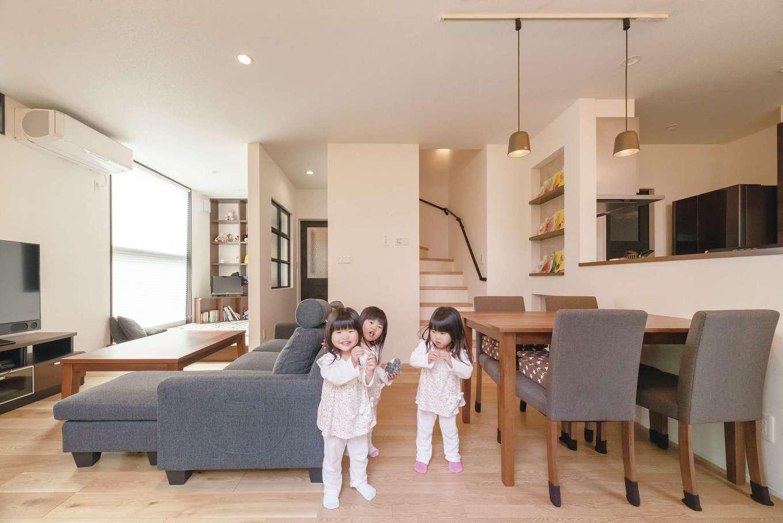 LDKの奥には造作収納も備えたフリースペースがあり、子育てには何かと重宝している。帰宅した家族が顔を合わせやすいリビング階段も、当初から希望していたも