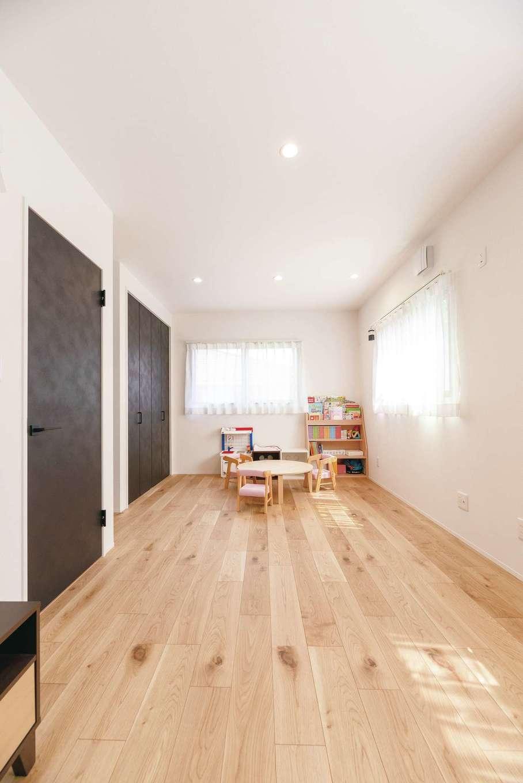 子ども部屋は将来2分割することを想定して、ドアや収納が2つずつ。今はまだ、何をする時も3人一緒!