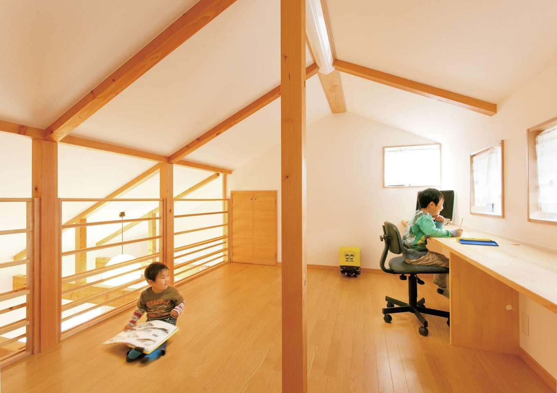 T-style 【子育て、自然素材、平屋】ロフトは、勉強スペースであり遊び場でもある。ご夫婦が1 階にいても、ロフトの子どもたちの気配が感じられるので安心だ