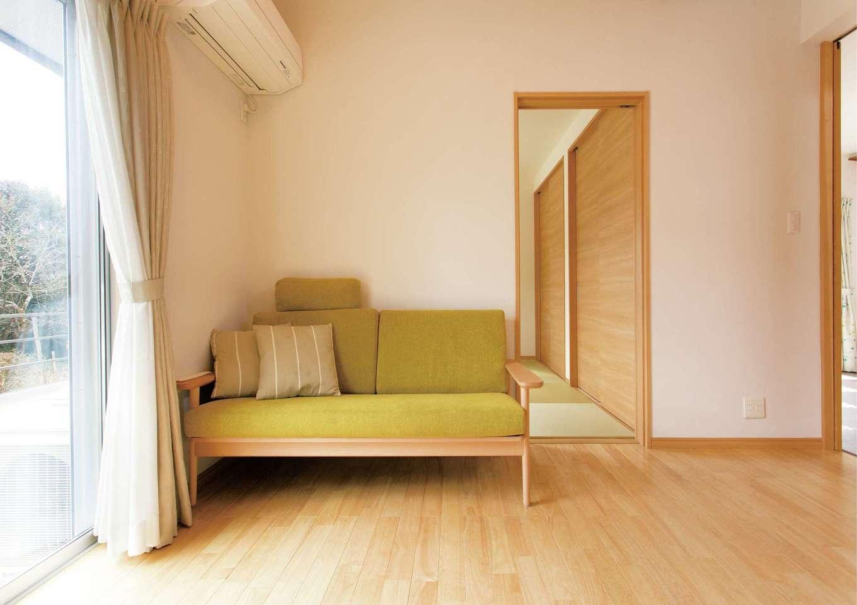 T-style 【子育て、自然素材、平屋】リビングスペースにはソファを置いた。光の入り方や風の通り方が計算されていて快適だ
