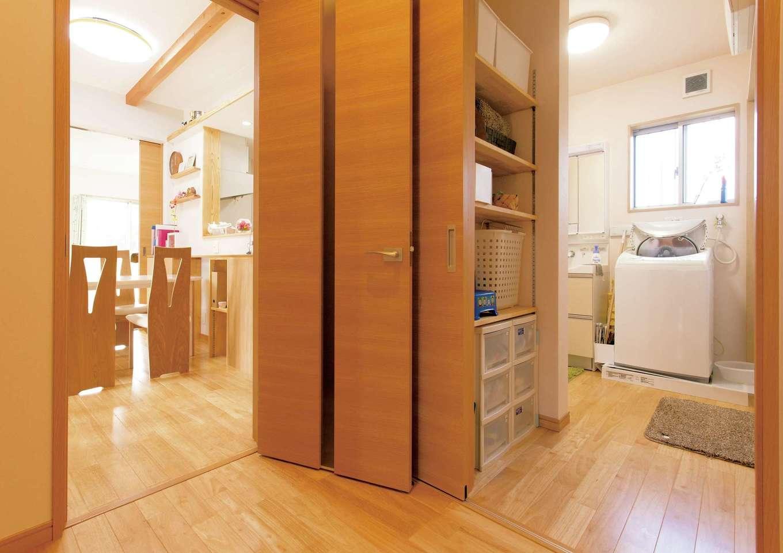 T-style 【子育て、自然素材、平屋】玄関、リビング、キッチン、洗面脱衣室、浴室と、ぐるりと回れる動線が便利