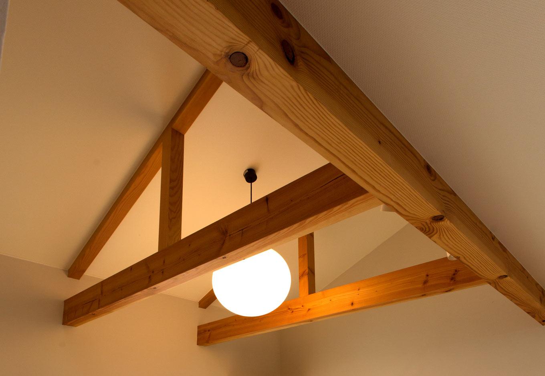 T-style 【子育て、自然素材、平屋】存在感のある梁と桁。このほか、床や壁などに可能な限り自然素材を使い、家族の健康に配慮した