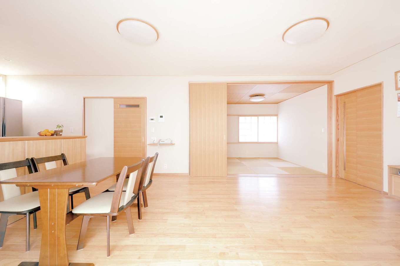 T-style 【収納力、自然素材、省エネ】和室と合わせると22 畳を超えるLDK。キッチンからの動線もスムーズにプランニング。足触りのいい床はラバーウッド(ゴムの木)