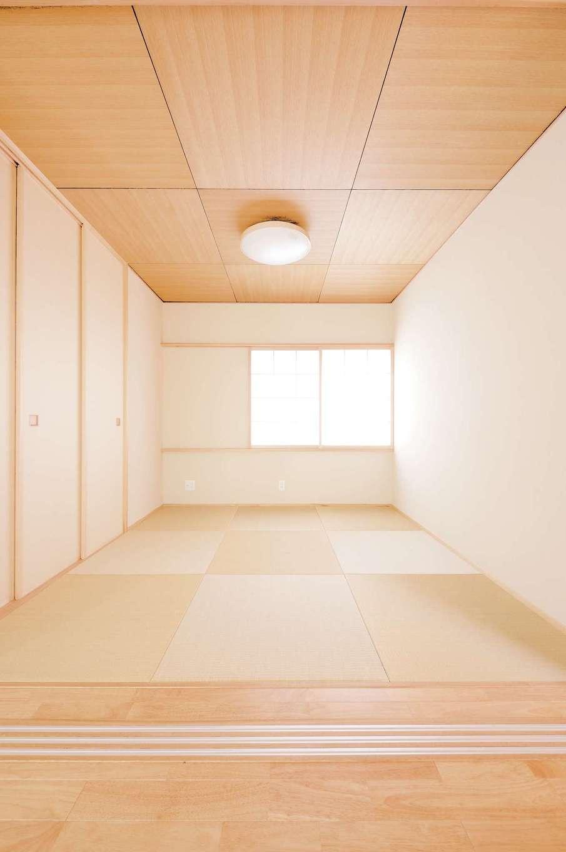 T-style 【収納力、自然素材、省エネ】天井にタモ材を使った和室。3連の襖はご主人のこだわり。北面の美しい景色を楽しむために窓を大きめにとった