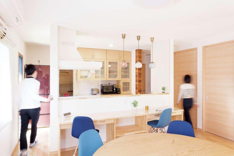 T-style 【収納力、間取り、自然素材】共働きで、ご主人も日常的に立つことがあるキッチンは、広めに設計。2人で作業しても快適で、ぐるりと回れるので渋滞することもない