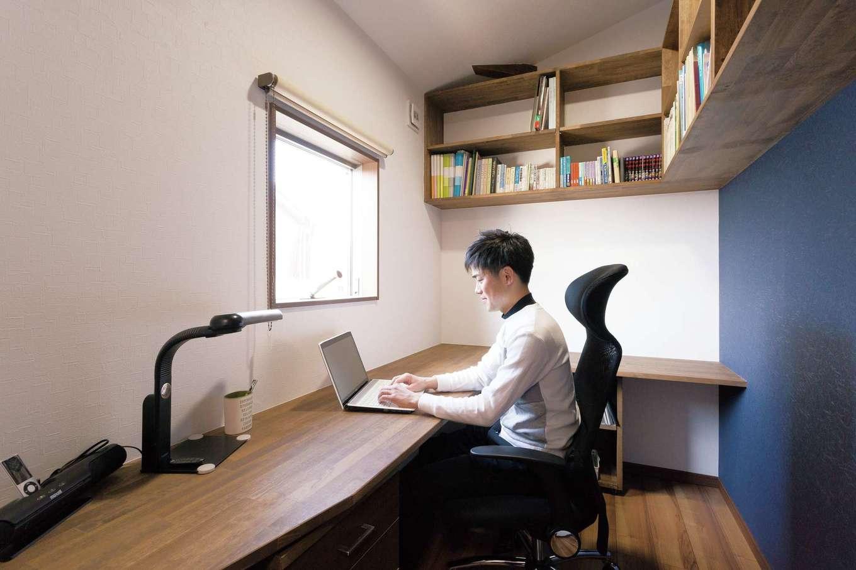 T-style 【収納力、間取り、自然素材】ご主人の書斎。適度な広さで快適だが、今はLDKで過ごす時間がほとんどだとか