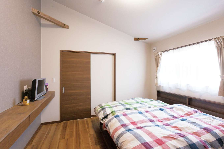T-style 【収納力、間取り、自然素材】夫婦の主寝室はトーン抑えめで落ち着いた雰囲気。快適な睡眠を助けてくれる
