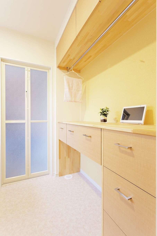 T-style 【収納力、間取り、自然素材】洗面所の物干しと収納棚を組み合わせた収納術は、奥さまのアイデア