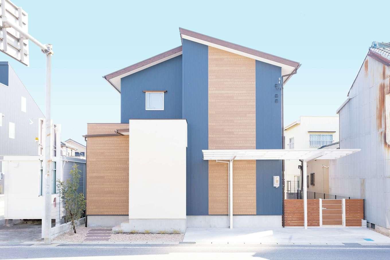 T-style 【収納力、間取り、自然素材】ガルバリウム鋼板を採用した外観。大通り側は開口部を極力少なくして、外からの目線と騒音を遮断する工夫も