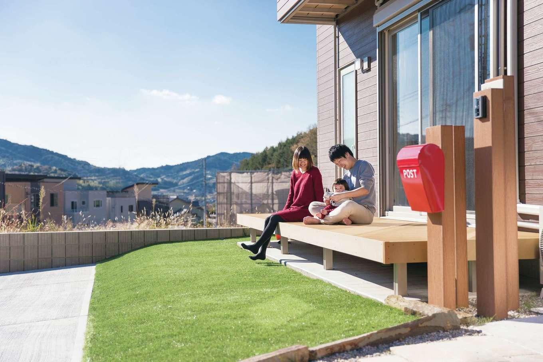 仲間とBBQができるようにと、人工芝を設けたウッドデッキ。「夏はプールを設置したい」とT夫妻。ご近所との交流の場にもなりそう