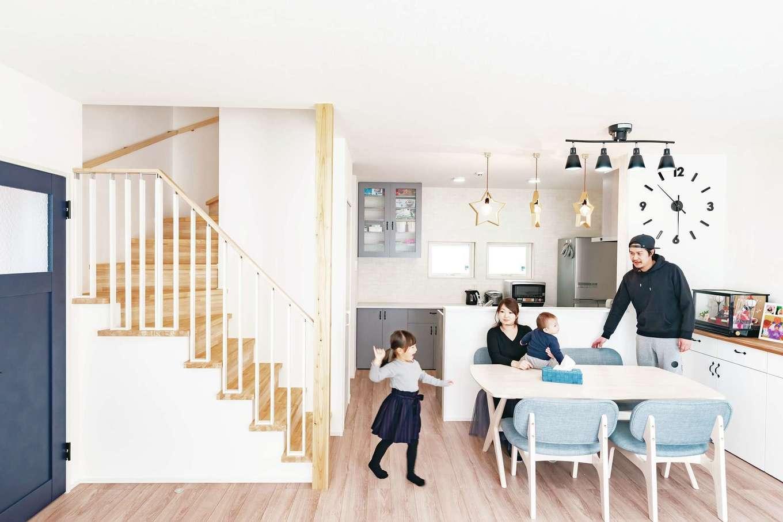 T-style ティースタイル【子育て、自然素材、間取り】階段を家のほぼ中心に、ぐるっと回る形でキッチン、洗面、トイレがある。行き止まりのない動線で玄関からもリビングドアからも、両方からアクセスできる