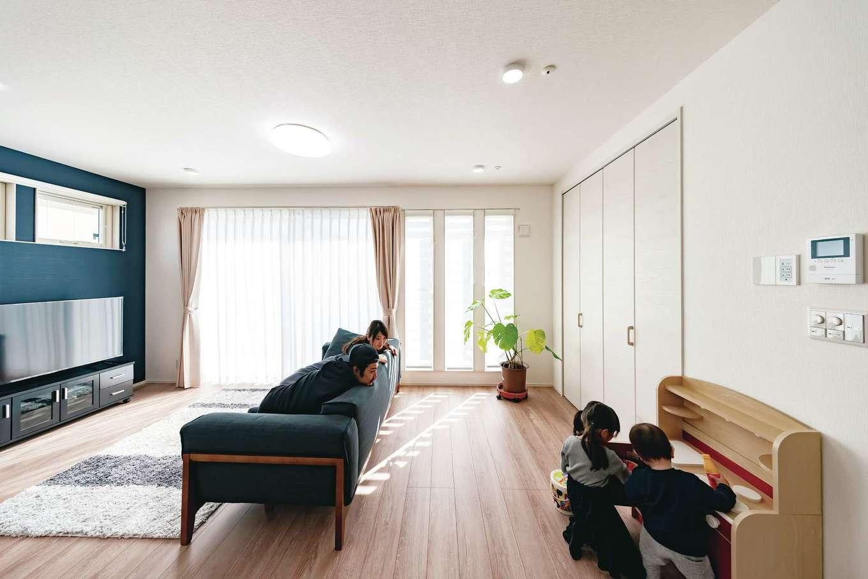 T-style ティースタイル【子育て、自然素材、間取り】窓から注ぐ太陽の光が、空間も家族の時間も優しく温めてくれる。家事をする奥さまを癒す優しい光景