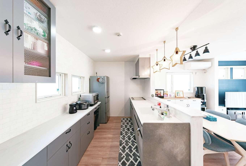 T-style ティースタイル【子育て、自然素材、間取り】空間と調和の取れたデザイン性の高いキッチン。リビング、洗面と両方にアクセスが可能