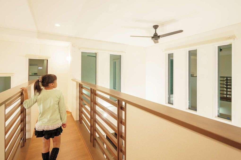 住宅工房 アリアンス【省エネ、間取り、スキップフロア】空中に浮かぶ桟橋のような渡り廊下は『アリアンス』からの提案。吹抜けを通して1階とのコミュニケーションもスムーズにとれる