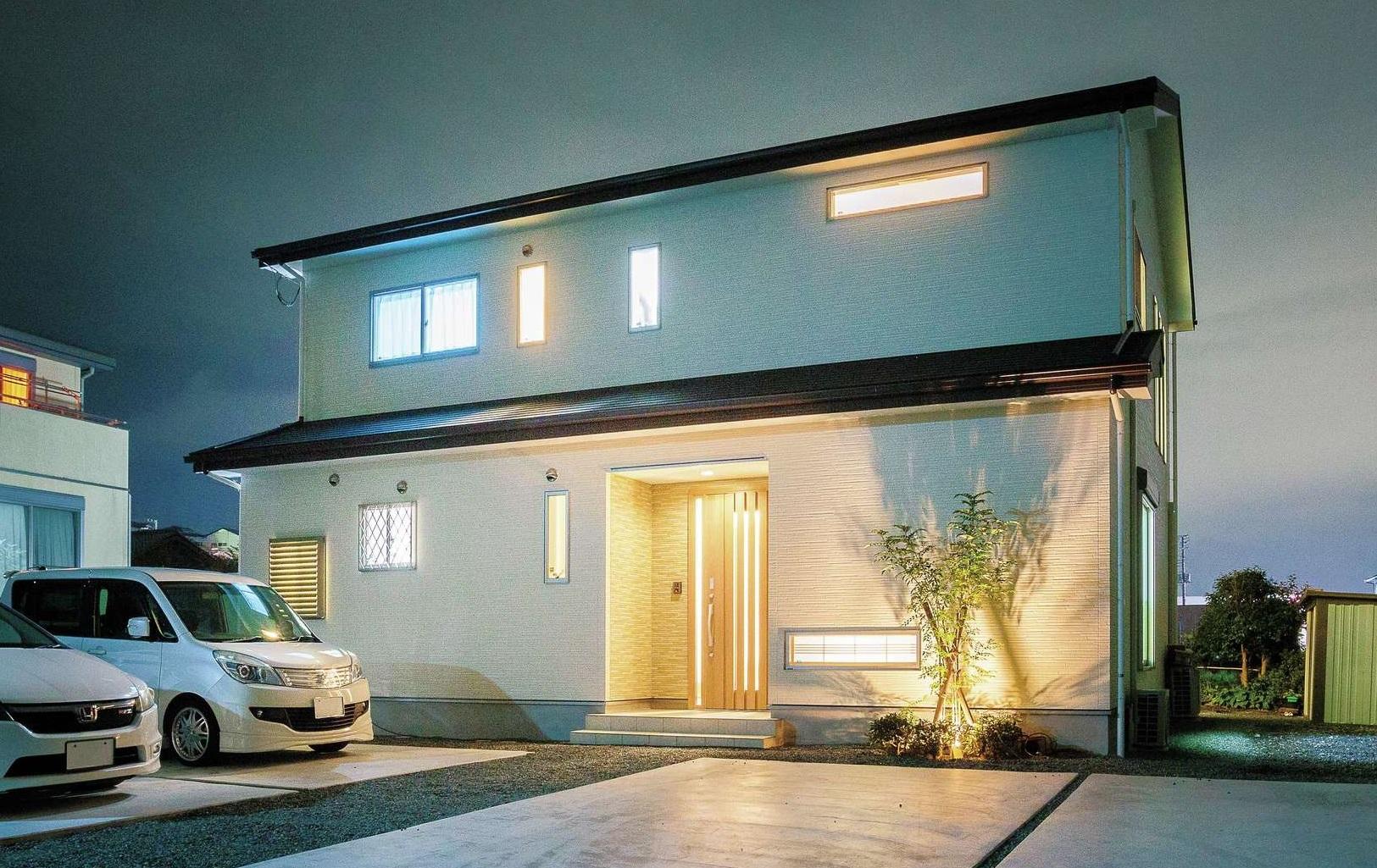 住宅工房 アリアンス【省エネ、間取り、スキップフロア】和とモダンが共鳴する洗練された外観。5.5kWの太陽光発電を搭載し、光熱費はほぼ毎月黒字