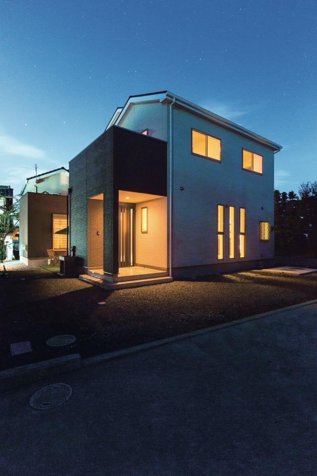 隣家が迫っているため、建物をコの字型に配置して中庭から光と風を取り込む