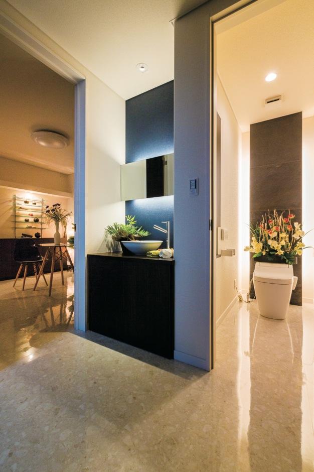 玄関ホールは高級感のある白いフロアタイルを敷き詰め、ホテルライクな雰囲気に。和の趣のある洗面台も造作してゲストをおもてなし