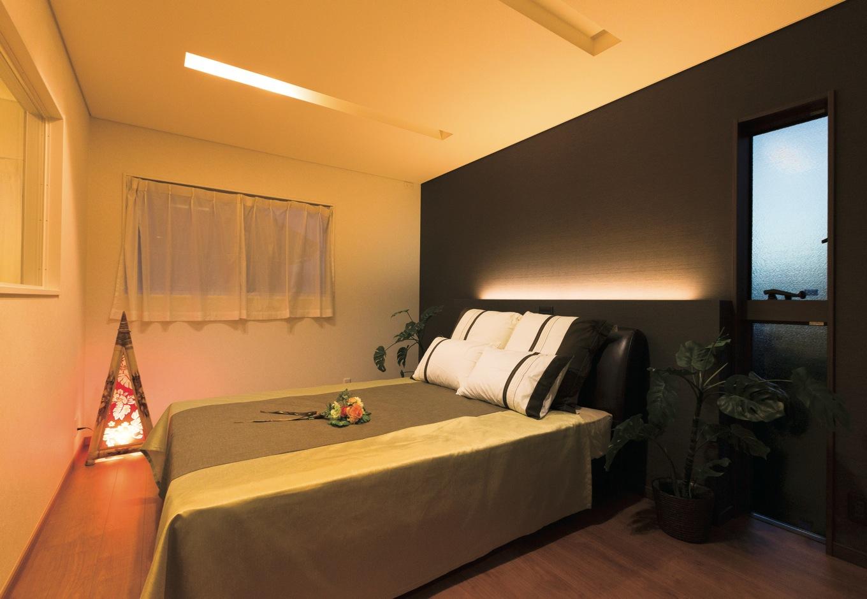 寝室のダウンライトはセンターではなく、足元を照らすのが同社のこだわり。いちばん面積の多い壁に色付きのクロスを貼り、空間を広く見せる工夫も光る