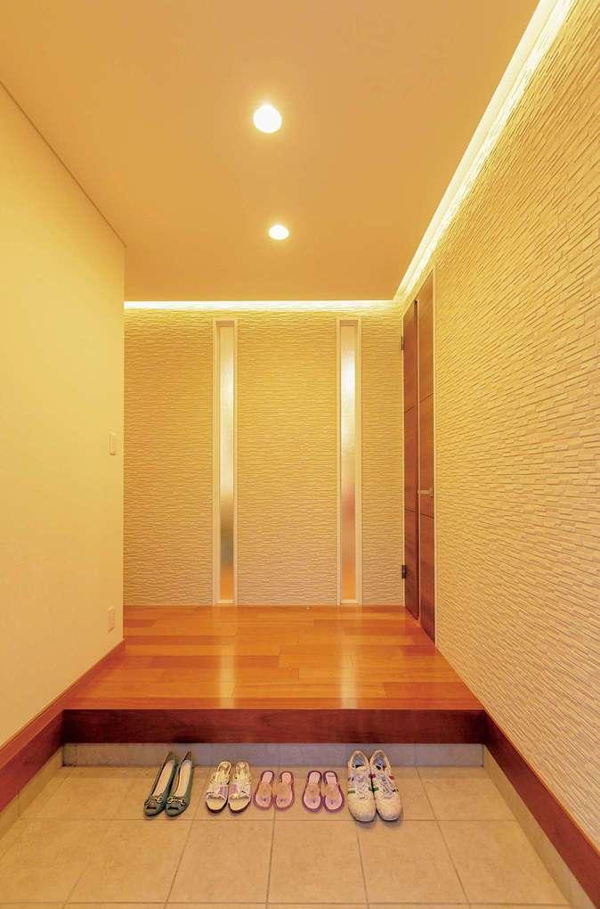 ゆったりとした玄関ホールは、大勢のゲストが来ても窮屈に感じない。間接照明のあて方にもこだわりがある