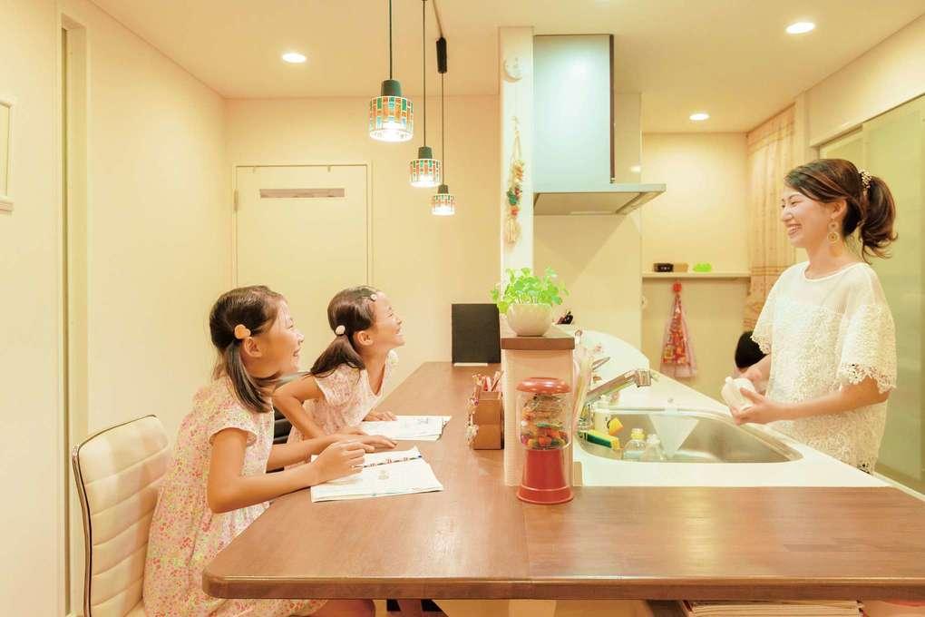「カウンター一体型のキッチンで娘たちとクッキーを作るという夢が叶いました。私が見守るなか、娘たちがここで宿題をすることも多いですね。」(奥さま)
