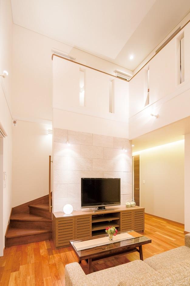 玄関ホールと同じタイルを張って、落ち着いた雰囲気に仕上げたテレビステーション