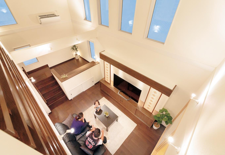 住宅工房 アリアンス【和風、趣味、省エネ】2階廊下から吹抜けのリビングを見下ろす。朝は4連のハイサイドサッシから燦々と光が差し込み、部屋の奥まで明るくなる