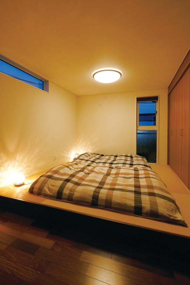 住宅工房 アリアンス【和風、二世帯住宅、ペット】ご主人が大柄で、キングサイズのベッドを置くと狭くなることから、寝室は畳の上に布団を敷くスタイルに。ここで、ご夫婦と小学生の長男が川の字になって寝る