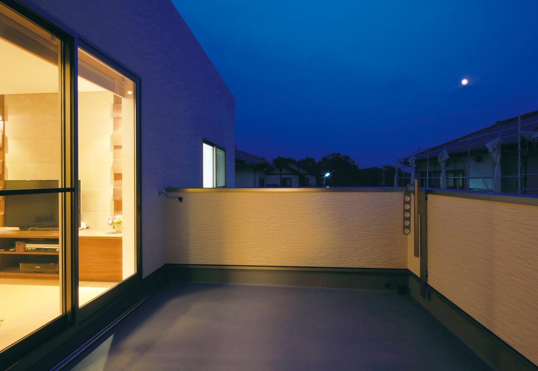 住宅工房 アリアンス【和風、二世帯住宅、ペット】リビングと寝室の両方から出入りできる広々バルコニー。 花火や天体観測も楽しめる