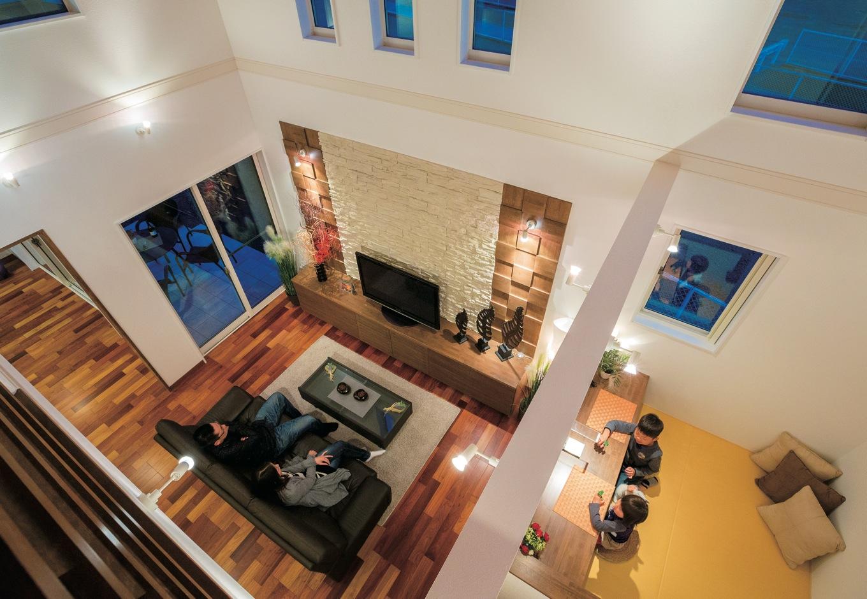住宅工房 アリアンス【デザイン住宅、子育て、間取り】リゾートホテルを思わせるゴージャスな吹抜けは『アリアンス』の代名詞。これだけ大きな空間でも、高性能断熱材「アイシネン」の効果で年中快適