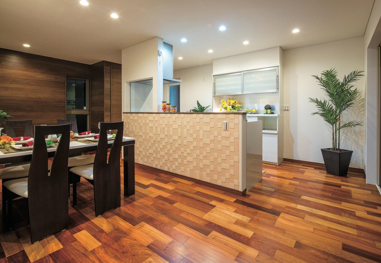 住宅工房 アリアンス【デザイン住宅、子育て、間取り】リビングに入ってキッチンが丸見えにならないよう、空間をゾーニング。ダイニングの奥には、アップライトピアノが主張しすぎないよう木目の壁を張った