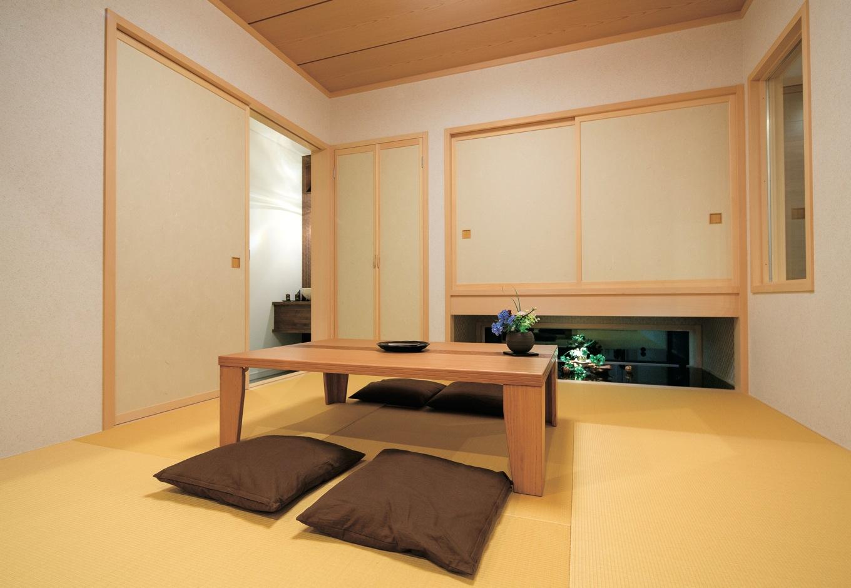 住宅工房 アリアンス【デザイン住宅、子育て、間取り】リビング、ダイニングを通らずに出入りできる和室は、客間やゲスト用の寝室として最適。メンテナンス不要で、お手入れしやすい樹脂畳を採用。柱は高級感ただようヒバ材