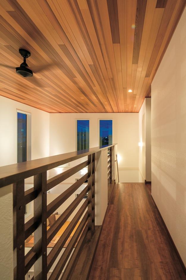 住宅工房 アリアンス【デザイン住宅、子育て、間取り】高級ホテルの回廊を思わせる2階ホールは、風や光が奥まで届くよう格子を横組みに