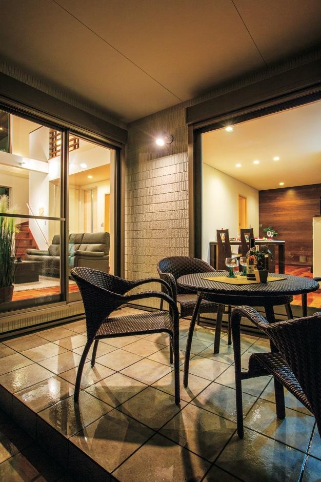 住宅工房 アリアンス【デザイン住宅、子育て、間取り】家に居ながら屋外の心地よさを満喫できるインナーテラス。気候の良い夜はホームビアガーデンに
