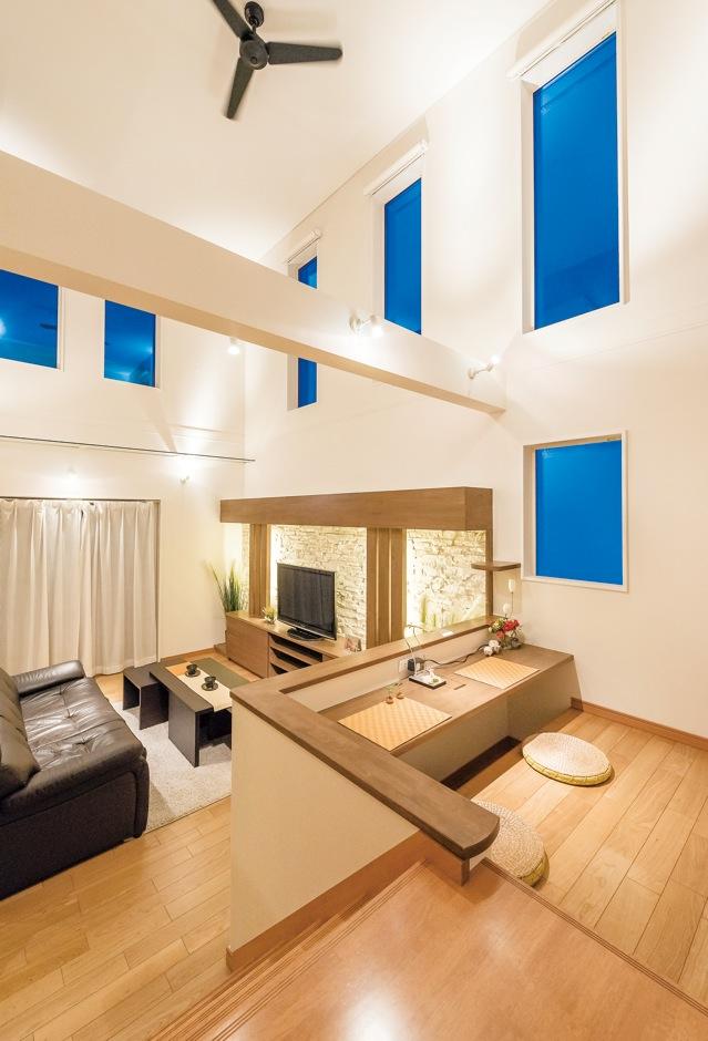 住宅工房 アリアンス【デザイン住宅、和風、間取り】ステップを上がった2.4畳のキッズブースは、リビングとは別の居場所でありつつ家族との一体感を得られる。将来は子どもの宿題コーナーとしても使えそう