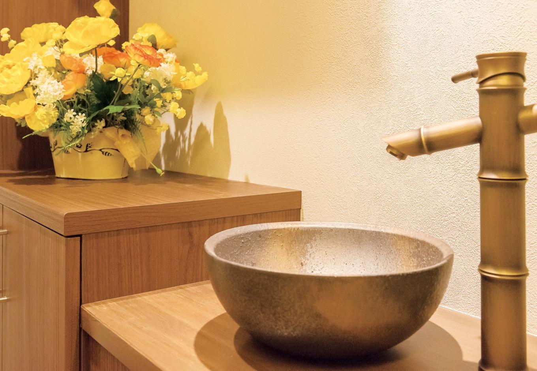 住宅工房 アリアンス【デザイン住宅、和風、間取り】子どもが生まれたら、帰宅してすぐに手を洗う習慣を身につけさせたいと、玄関ホールに洗面台を設けた。陶器製のボウルはリゾートを感じさせる