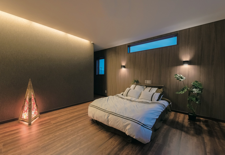 住宅工房 アリアンス【デザイン住宅、和風、間取り】壁ごとにクロスの色を変えてアクセントをつけた主寝室。床の素材も1階と変え、安らぎ感を演出。大容量のウォークインクローゼットも併設