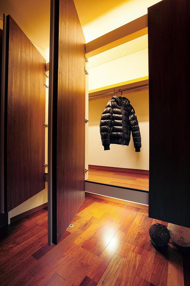 外から帰ってきてここにダウンジャケットやコートを掛ければ、お部屋もスッキリ。『アリアンス』なら、コンパクトハウスでもこんなにおしゃれな収納スペースが実現する