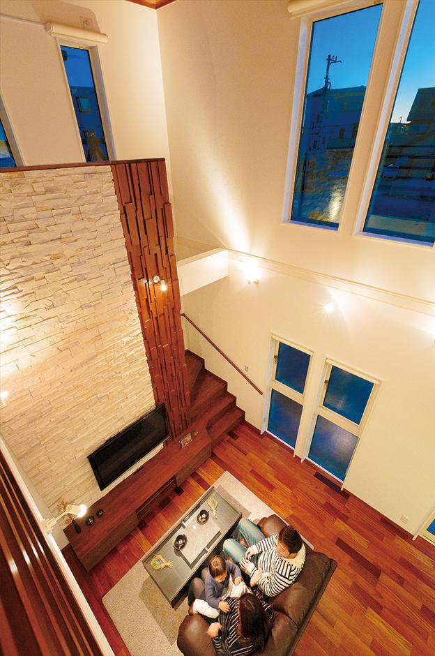 リゾート感をたっぷり味わえる吹抜けのリビング。これだけの大空間でも、高気密高断熱の発泡性断熱材「アイシネン」の効果で家中の温度差が少なく、光熱費を抑えてくれる
