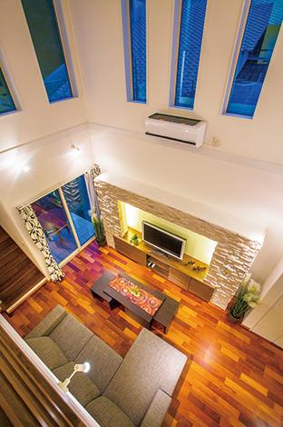 住宅工房 アリアンス【デザイン住宅、省エネ、インテリア】頑強な「Wストロング工法」だからこそ実現する大きな吹抜けは抜群の開放感。これほどの空間でも、高気密・高断熱で上下階の温度差が少なく、光熱費を軽減。高級感漂うカリン材の床は経年変化が楽しみ