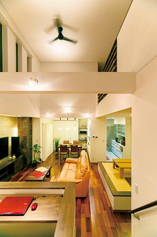住宅工房 アリアンス【デザイン住宅、省エネ、間取り】キッズコーナー、リビング、畳コーナー、ダイニング、キッチンをゆるやかにゾーニングしてつながりを持たせた。どこにいても、家族の存在を感じることができる