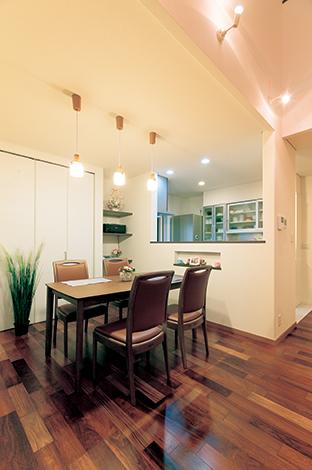 住宅工房 アリアンス【デザイン住宅、省エネ、間取り】料理をする奥さまと家族とのつながりを大事にしたダイニング&キッチン。家事動線も考慮されている