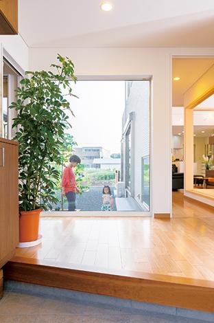 住宅工房 アリアンス【デザイン住宅、子育て、間取り】玄関の広さと明るさは、ご主人がこだわったポイ ント。中庭を包むような設計により、抜群の明る さとともに、この視線の抜けがもたらされた