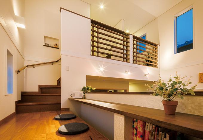 住宅工房 アリアンス【デザイン住宅、子育て、間取り】テレビステーションの上に用意されたキッズコー ナー。視線と動線が交わる場所にあり、家族の自 然なつながりを増やす