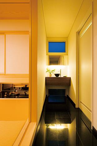 住宅工房 アリアンス【デザイン住宅、子育て、間取り】主に 来客用として用意された洗面は、洗練されたレストランのような仕上が り。床の御影石は、和室への導入も兼ねる