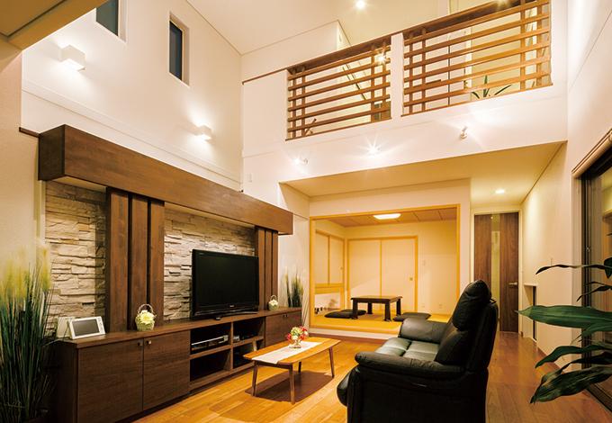 住宅工房 アリアンス【デザイン住宅、子育て、間取り】石貼りのテレビステー ションが家族の団らんに上質なくつろぎを添える。開放感あふれる空間 だが、高い気密・断熱性のおかげで、光熱費も抑えられた