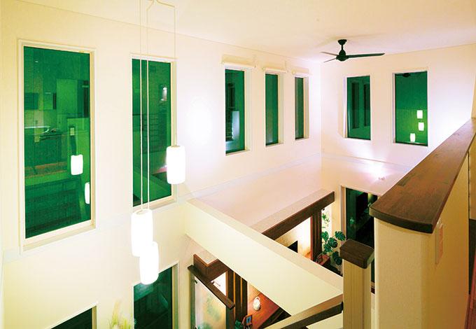 住宅工房 アリアンス【デザイン住宅、省エネ、間取り】美しくラインがそろった吹抜けの窓。リビング、和室、キッチンから見える七色の景色に癒される