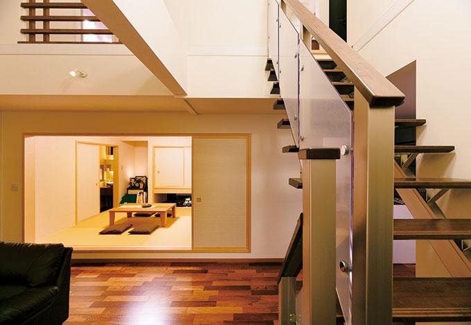 住宅工房 アリアンス【デザイン住宅、省エネ、間取り】広めにとった階段の踊り場から和室を見た景色。暗くなりがちな場所でも明るい室内を実現できるのは、アリアンス独自の採光計画あってこそ